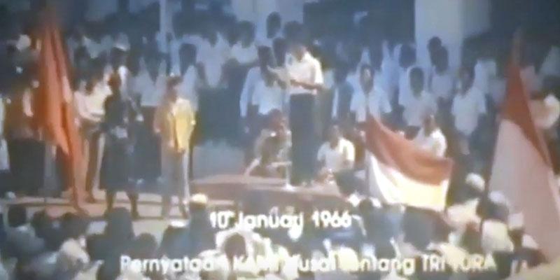 Kesatuan Aksi Mahasiswa Indonesia (KAMI) membacakan Tiga Tuntutan Rakyat (TRITURA) saat demontrasi 10 Januari 1966./Repro