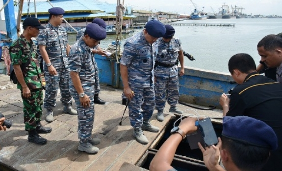 Tinjau Kapal Illegal Fishing