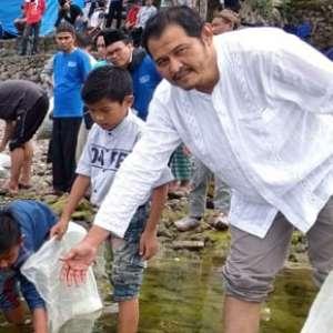Pemuda Ahmadiyah Tebar Benih Ikan Di Danau Toba