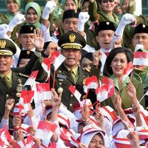 Di Markas Kopassus 1.800 Orang Dengan Pita Merah Putih Ikuti Upacara Bendera