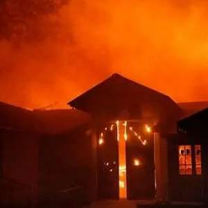 Kebakaran Sulit Dipadamkan, Gubernur  California Tetapkan  Keadaan Darurat
