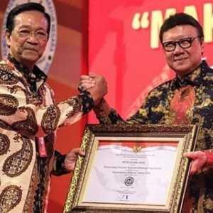Sri Sultan Hamengkubuwono Terima Penghargaan Untuk Predikat AA Bagi DIY