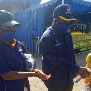Bantu Pemerintah Cegah Penularan Corona, Nasdem Raja Ampat Bagikan Masker Kepada Pengendara