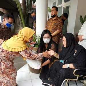 Peringatan Hari Lahir Ke-119 Bung Karno, Keluarga Bagi-Bagi Sembako