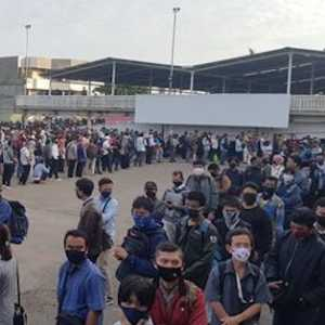 Penumpang KRL Mengular Di Pelataran Stasiun, Alvin Lie: Sungguh Tak Manusiawi