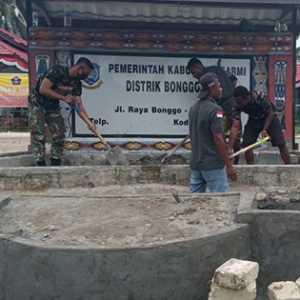 Prajurit Yonif 754 Buat Taman Dan Kolam Ikan Di Halaman Kantor Distrik Bonggo Timur