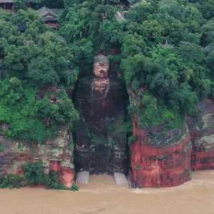 Banjir China, Warga Gotong Royong Selamatkan Patung Buddha Raksasa Leshan