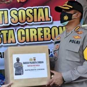 Lawan Covid-19, Polresta Cirebon Bagikan Ratusan APD Ke RS Sumber Asih