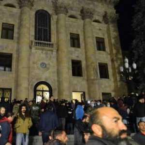 Tak Terima Dengan Kesepakatan Damai Karabakh, Warga Armenia Kepung Gedung Parlemen