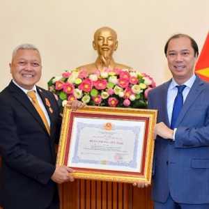 Torehkan Prestasi, Dubes Ibnu Hadi Dapat Penghargaan Dari Presiden Vietnam