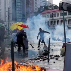 Diduga Lempar Bom Molotov Ke Arah Polisi, Remaja Hong Kong Terancam Didakwa UU Keamanan Nasional