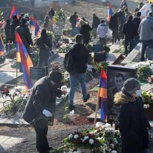Masa Berkabung, Ribuan Warga Armenia Berkumpul Di Pemakaman Untuk Hormati Korban Tentara Konflik Nagorno-Karabakh