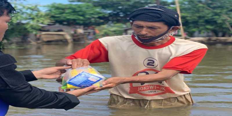 Demokrat Bantu Bapak Berkaos Jokowi