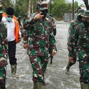 Tinjau Langsung Banjir Kalsel, Panglima TNI Serahkan Bantuan Presiden Dan 34 Perahu Karet