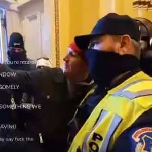 Dua Polisi Yang Bertugas Saat Kerusuhan Capitol Hill Diskors, Salah Satunya Yang Sempat Viral Karena Berselfie Dengan Perusuh