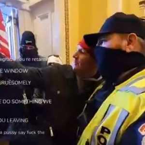 Polisi Capitol Hill Berfoto Selfie Dengan Pengunjuk Rasa, Netizen Heboh: Narsis Dengan Teroris!