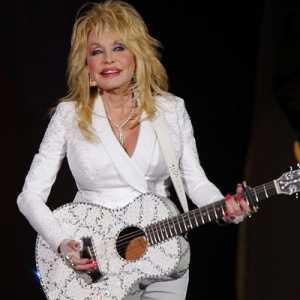 Tolak Dua 'Medal Of Freedom' Dari Trump, Dolly Parton Ragu Terima Penghargaan Dari Biden