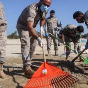Kecipratan Tumpahan Minyak Dari Israel, Warga Lebanon Gotong Royong Bersihkan Pantai
