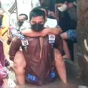 Kisah Heroik Kapolsek Mengevakuasi Korban Banjir, Menggendong Hingga Dorong Gerobak