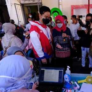 Pagi Ini, Gibran Tinjau Pelaksanaan Vaksinasi Pedagang Pasar Gede Solo