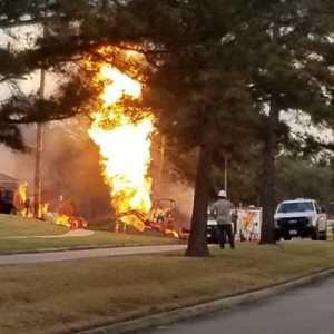 Ledakan Gas Alam Texas: Satu Rumah Terbakar, Sepuluh Luka-luka