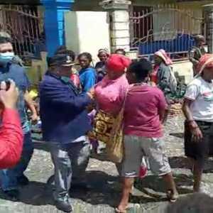 Buktikan Aman, Bupati Intan Jaya Silaturahmi Dengan Pedagang Di Pasar Sugapa