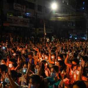 Hormati Korban Tewas, Ratusan Lilin Dinyalakan Di Myanmar