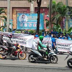 Dukung AHY Lawan KLB Ilegal, Ratusan Massa Padati Kantor Yasonna Laoly