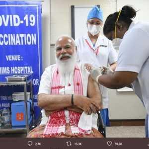 PM Modi Disuntik Vaksin Buatan Dalam Negeri