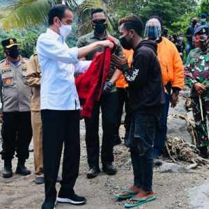 Temui Para Pengungsi Banjir Bandang di Lembata, Jokowi Dapat Keluhan Harga BBM Mahal