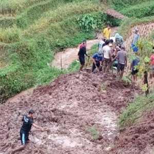 Nyawa Seorang Warga Melayang Usai Tertimbun Tebing Setinggi 30 Meter